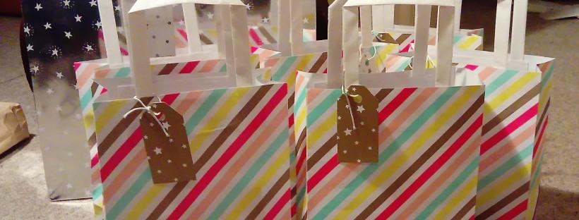 Préparation des sacs cadeaux pour les 6 enfants de la chasse au trésor de Neil