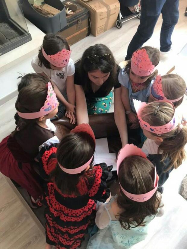 Assises en rond, les filles écoutent les consignes de la chasse au trésor