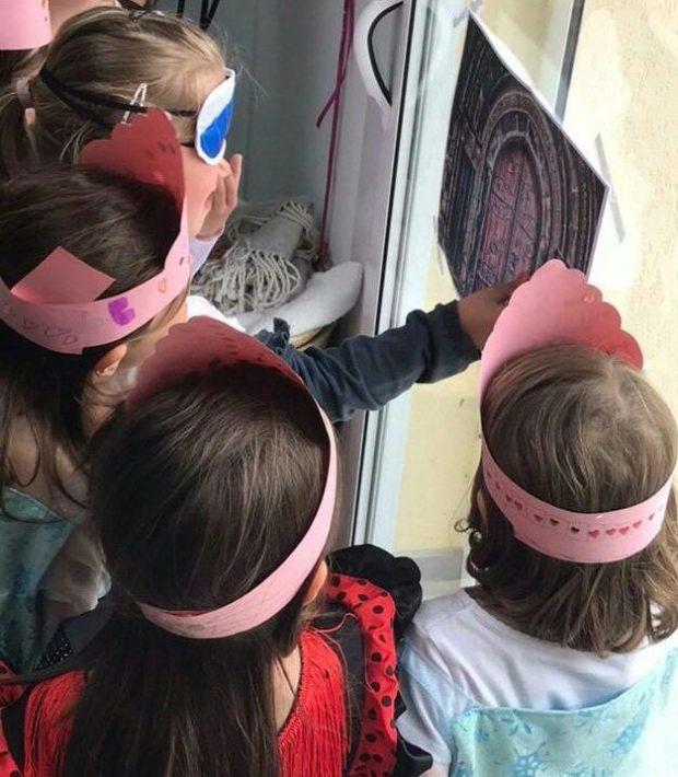 Le 18 mai, Mila et ses amies ont participé à une chasse au trésor sur le thème des princesses. Sur cette image, elles essaient de placer, les yeux bandés, une clé sur une serrure pour ouvrir la porte au trésor