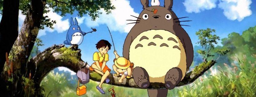 L'image est une affiche du dessins animé Totoro. Totoro est sur une branche, au dessus d'une rivière, avec MOyen Totoro, Mei et Satsuki